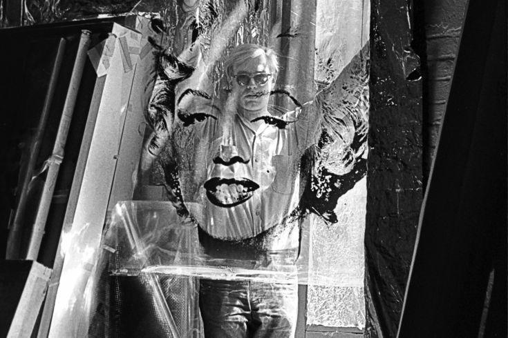 Andy Warhol avec un portrait de Marilyn Monroe